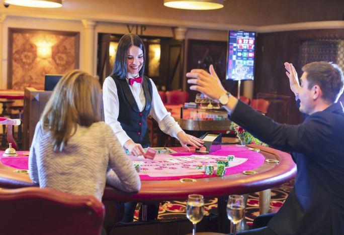 ディーラーと喜ぶカジノ客