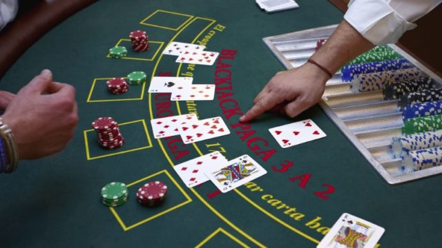 カジノテーブルとトランプ