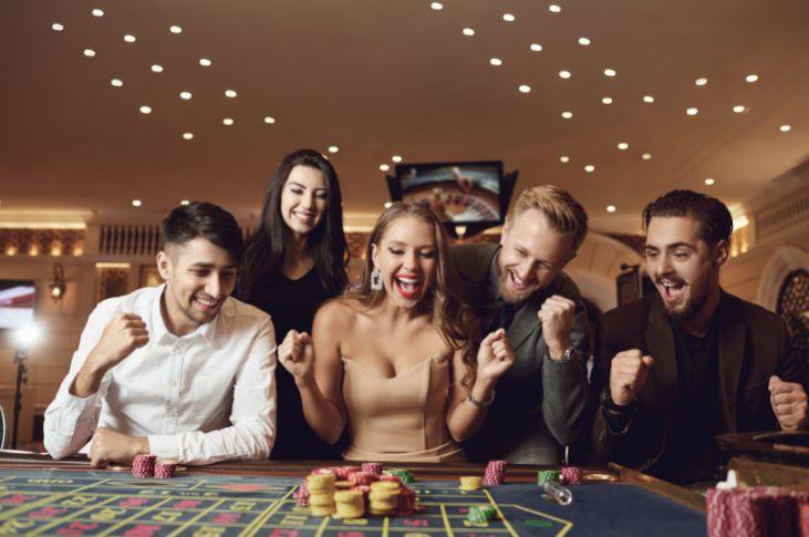 カジノテーブルで喜ぶ客