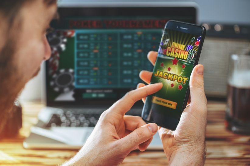オンラインカジノを楽しむ男性