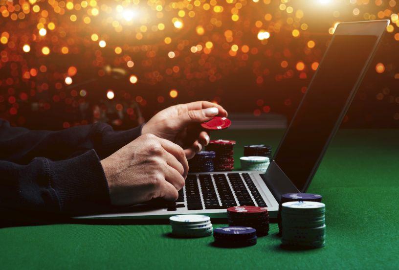 パソコンとカジノテーブル