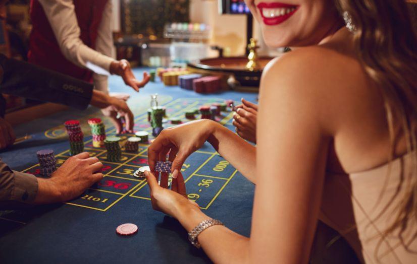 カジノを楽しむ女性