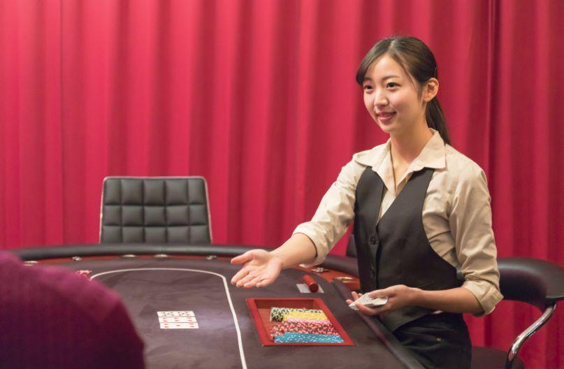 女性のディーラーとカジのテーブル