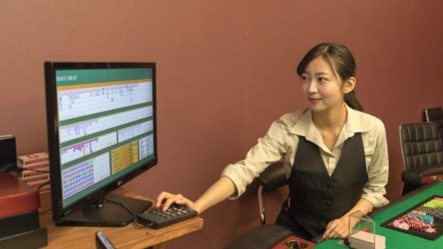 女性ディーラーとパソコン画面