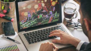 パソコンでオンラインカジノを楽しむ男性