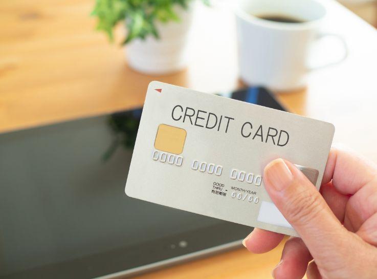 クレジットカードとタブレット