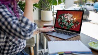 オンラインカジノを楽しむ女性