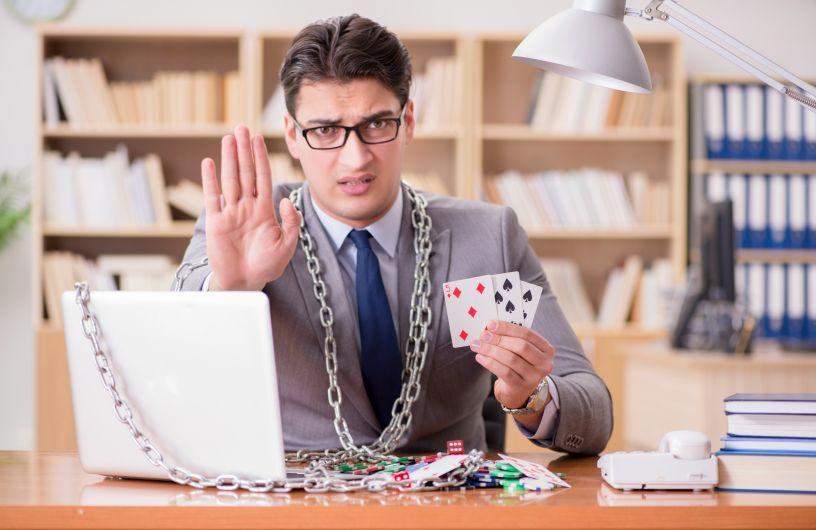 オンラインカジノをストップする男性