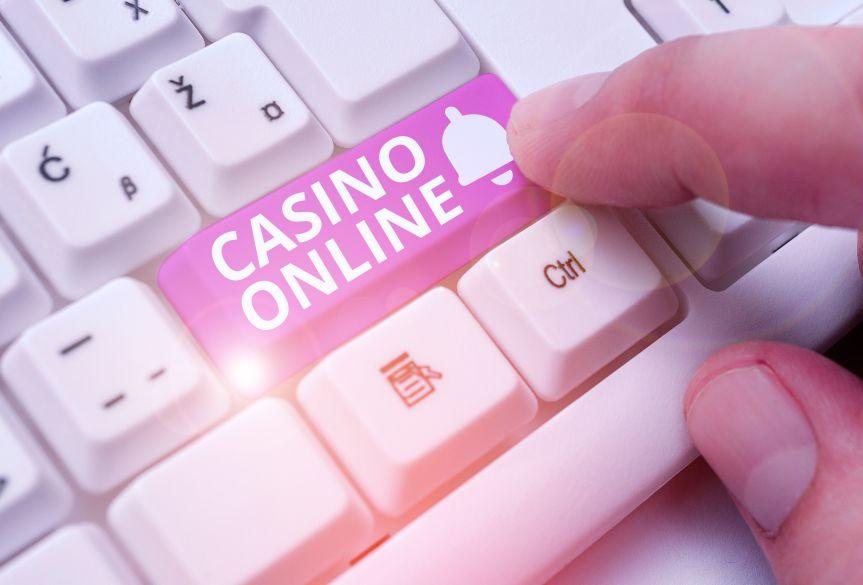 パソコンのキーボードとオンラインカジノ