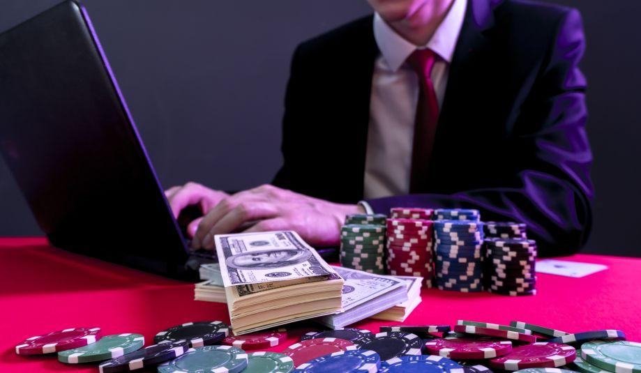 オンラインカジノをする男性と札束
