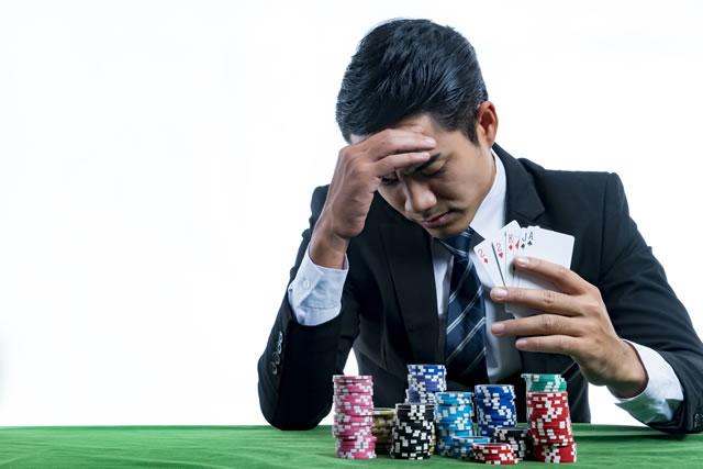 カジノで落ち込む男性