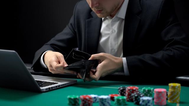 オンラインカジノで財布を見る男性