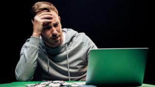 オンラインカジノに負けた男性