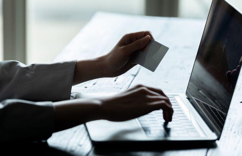 パソコンでカード決済をする人