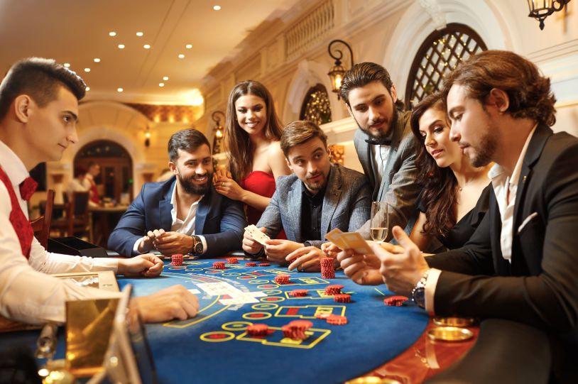 カジノを楽しむ人々