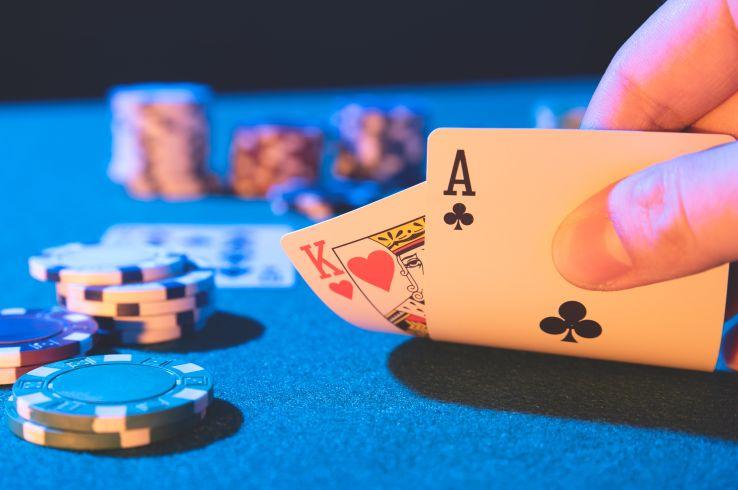カジノのチップとトランプ