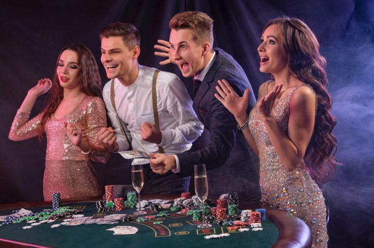 ギャンブルを楽しむ人たち