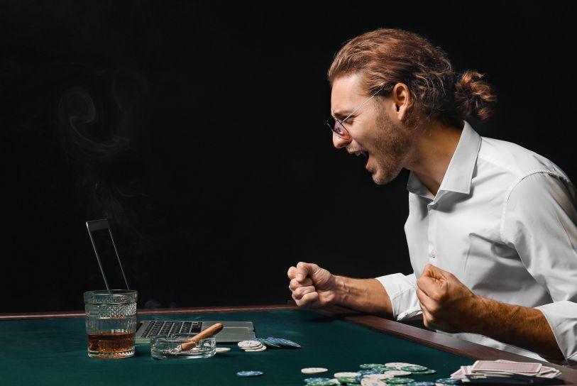 オンラインカジノに勝って喜ぶ男性