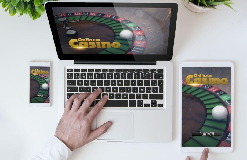オンラインカジノを楽しむ男性の手