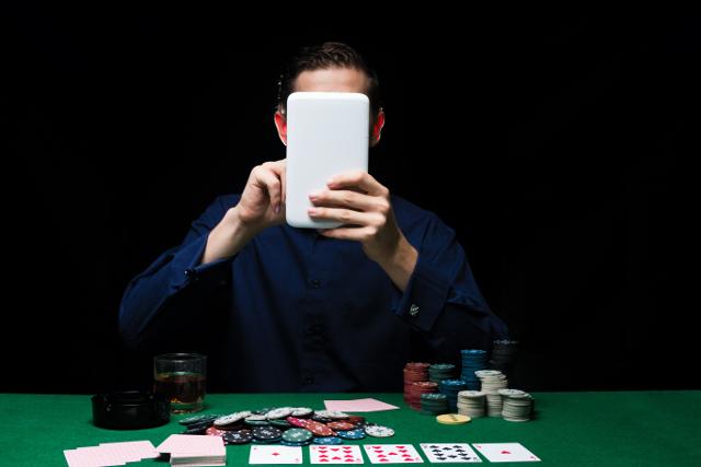 オンラインカジノをする男性
