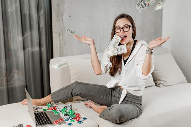 ドル札が舞って喜ぶ女性