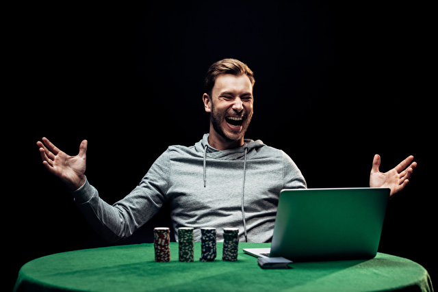 オンラインカジノで喜ぶ男性