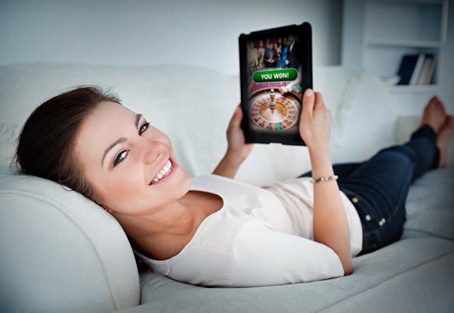オンラインカジノをする女性
