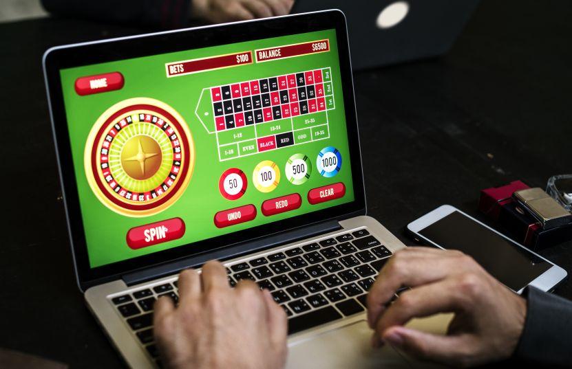 パソコンに映るオンラインカジノ