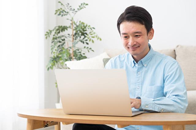 パソコンをする男性