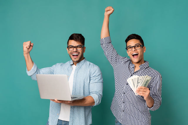 パソコンを持つ男性と札を持つ男性