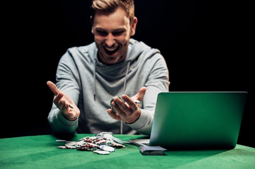 オンラインカジノで勝った男性