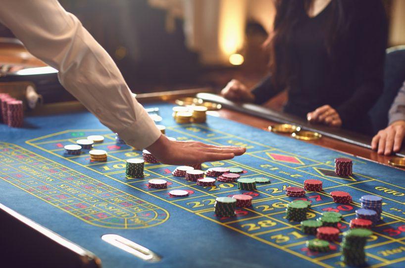 カジノテーブルに並ぶチップ