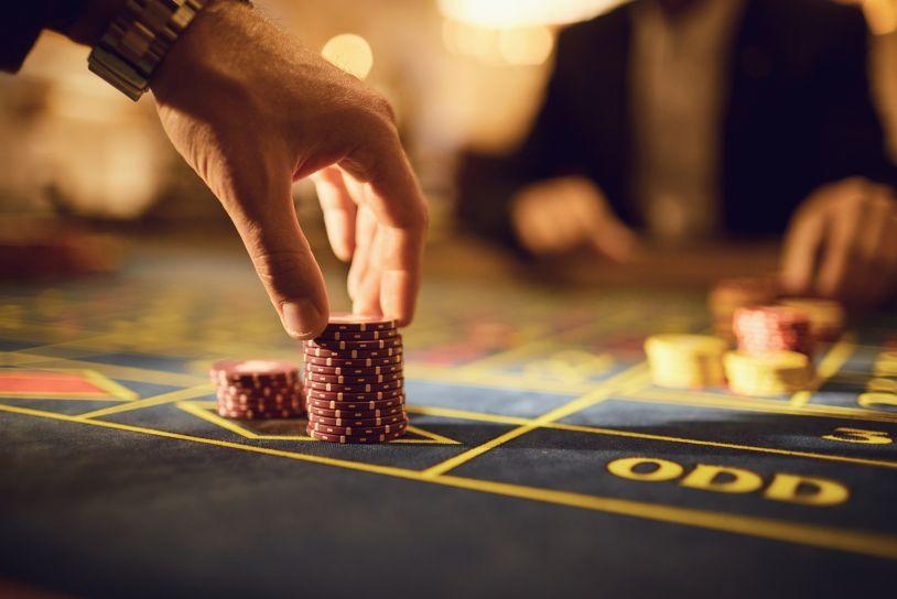 カジノチップを取る男性の手