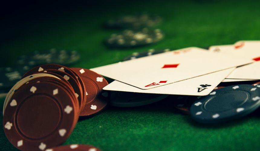 カジノチップとトランプ