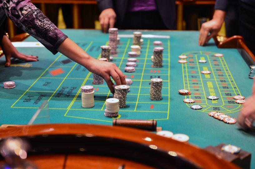 カジノチップをベットする手