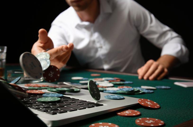 オンラインカジノに賭ける男性