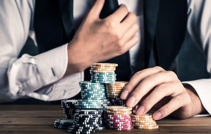 カジノチップを賭ける男性