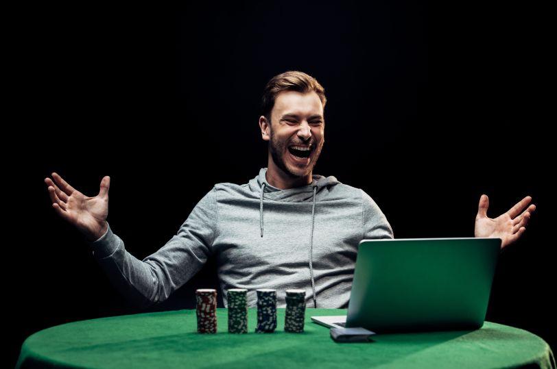 オンラインカジノで勝って喜ぶ男性