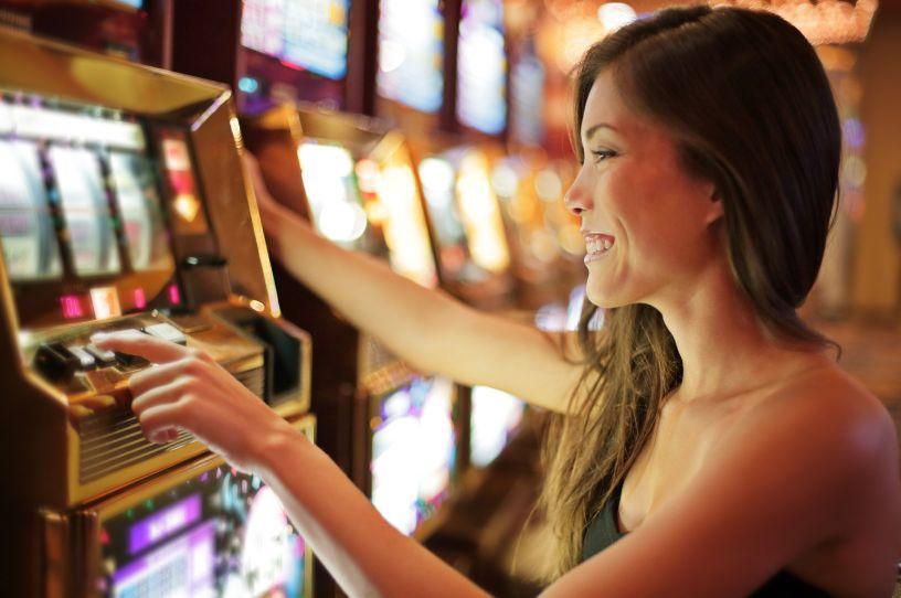 カジノでスロットを楽しむ女性