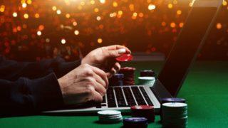 オンラインカジノで賭ける男性