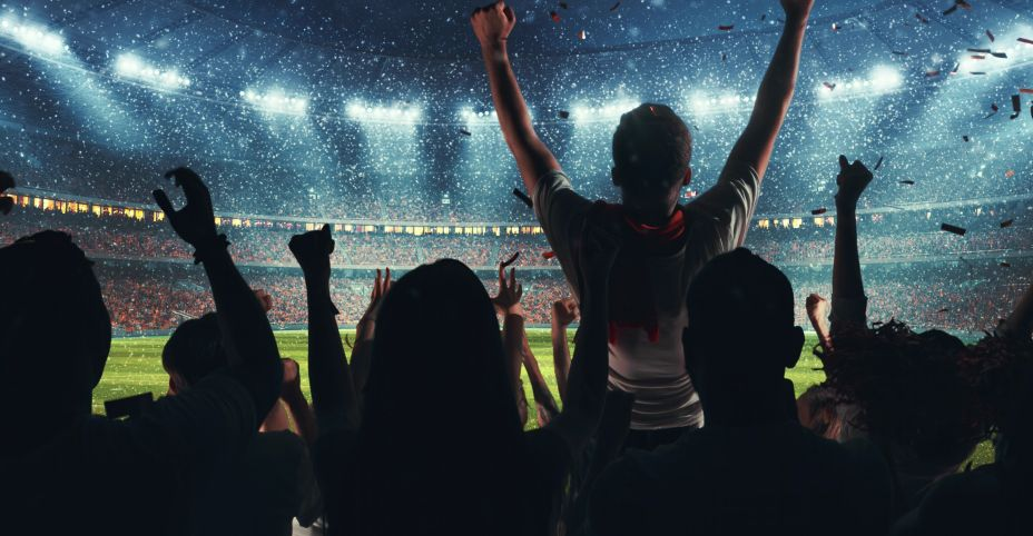 スタジアムで歓喜する人々