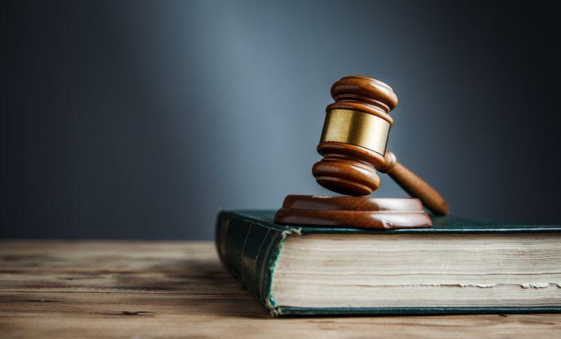 法律書と裁判のハンマー